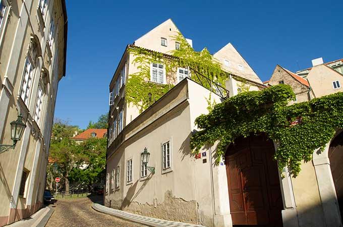 創設される国外中古建物の不動産所得に係る  損益通算等の特例とは
