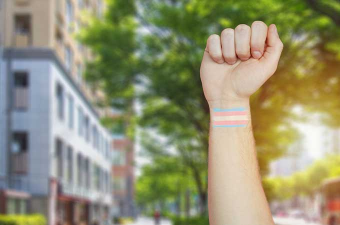 広がる金融機関の「LGBTQカップルの配偶者認定」  そのメリットは?